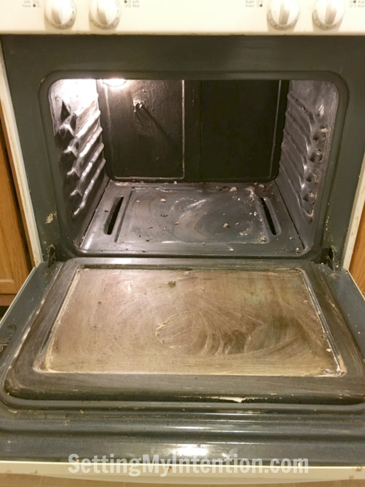 Cleaning the oven naturally with baking soda